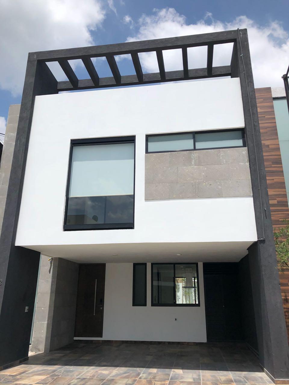 Casa en venta 4 recamaras roof garden Parque BCS con cuarto servicio Lomas de Angelopolis